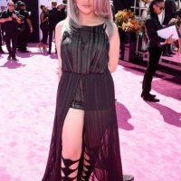 """Lauren Giraldo y """"cómo no vestirse así si eres plus size"""". El vestido la hace ver más ancha, y las sandalias gladiadoras acortan terriblemente su estatura. Foto:vía Getty Images"""