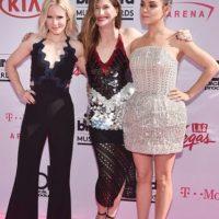 La única que se salva de este trío y más o menos, es Mila Kunis. Las otras dos parece que desaprendieron todo lo que habían aprendido en alfombras rojas. Foto:vía Getty Images