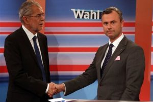 Alexander Van der Bellen estrecha la mano de su rival Norbert Hofer, Foto:AP