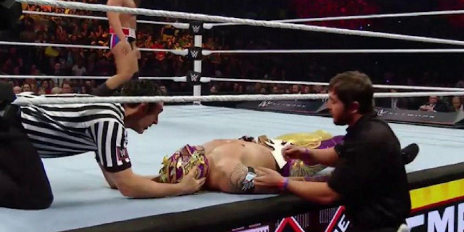 El luchador mexicano tuvo que ser atendido luego de perder el combate. Foto:Twitter