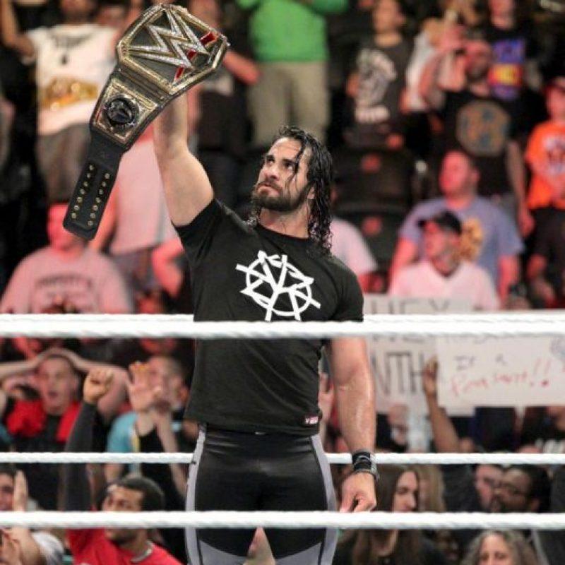 Pero cuando estaba festejando apareció Seth Rollins para atacarlo Foto:WWE