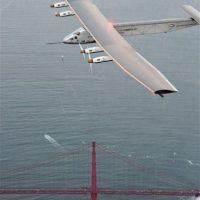 Las alas del Solar Impulse 2, de mayor envergadura que las de un Boeing 747, están equipadas con 17.000 células solares que dan energía a las hélices y cargan las baterías. El avión vuela de noche con la energía almacenada. Foto:AP