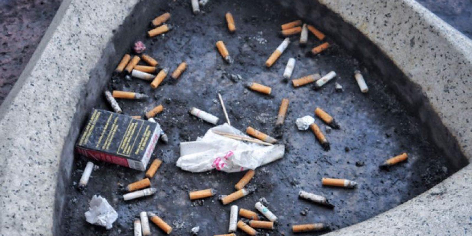 Es común que afuera de establecimientos mercantiles o centros de trabajo haya zonas de fumadores que no abonan a reducir la contaminación por cigarrillos. Foto:Cuartsocuro
