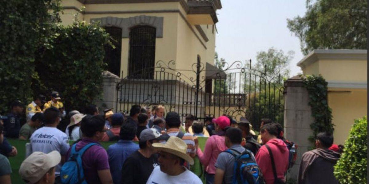 A 20 meses de desapariciones, padres de los 43 protestan en embajadas
