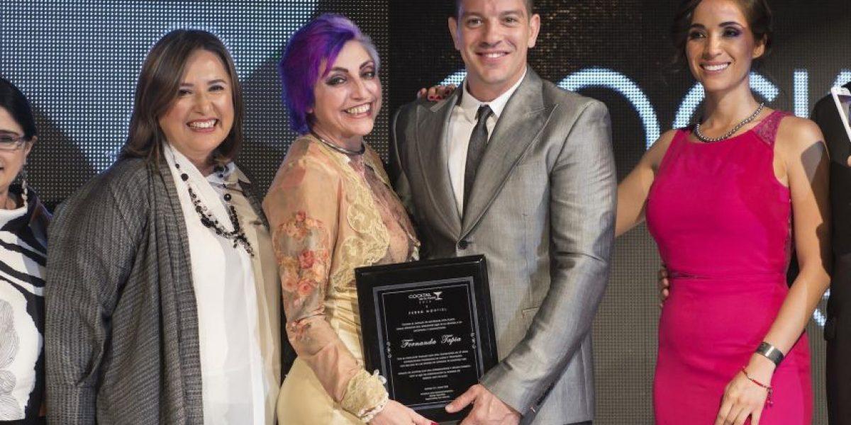 Fernanda Tapia recibe reconocimiento de manos de Yahir