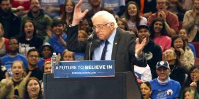 Algo parecido le pasó al precandidato demócrata Bernie Sanders con un pájaro. Foto:Reproducción