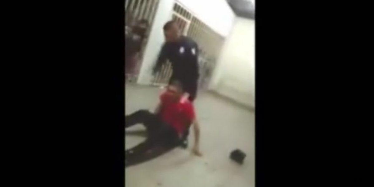 VIDEO: policías de Tijuana golpean y humillan a detenido en los separos