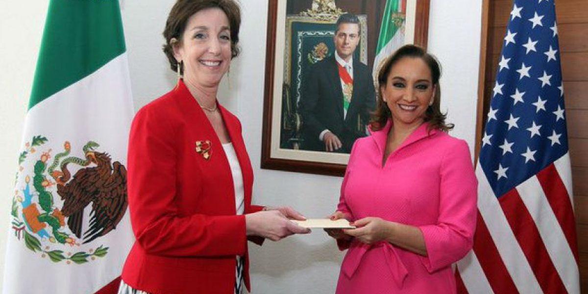 Jacobson entrega copias de cartas credenciales a Ruiz Massieu