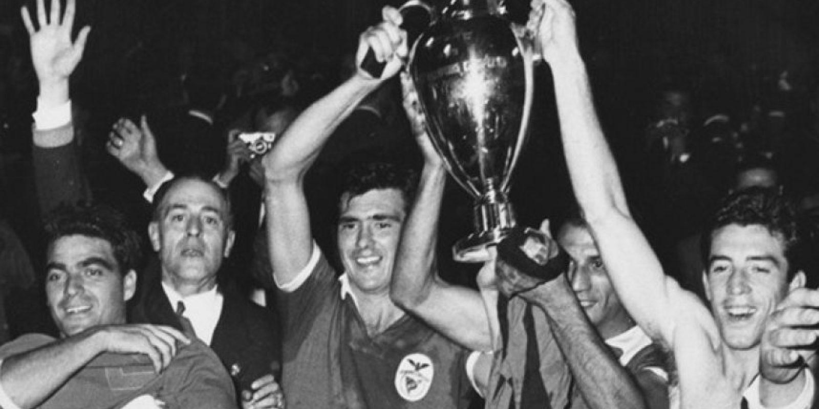 Benfica (Portugal)-2 títulos: 1961, 1962 Foto:Hulton Archive