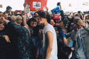 Freddy de CD9 feliz tomándose selfies con las fans asistentes Foto:Twitter