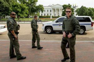 Agentes federales resguardaron el perímetro de la Casa Blanca Foto:ap