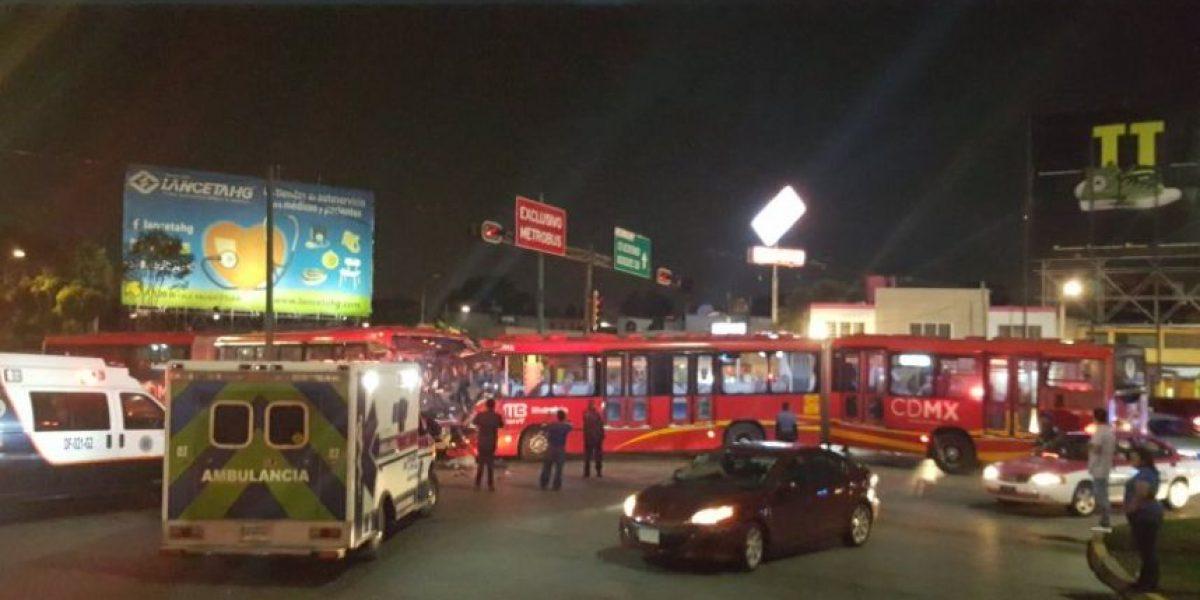 Chocan de frente dos unidades de Metrobús en la GAM