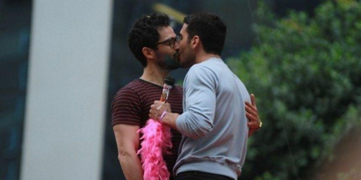 Poncho Herrera, en beso y beso con otro actor en desfile gay