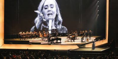Adele regaña a espectadora por filmarla en vez de verla Foto:Getty Images