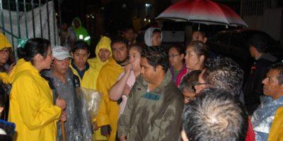 Dione Anguiano, delegada de Iztapalapa, habla con vecinos afectados por la tromba que la noche del miércoles azotó su demarcación Foto:Especial