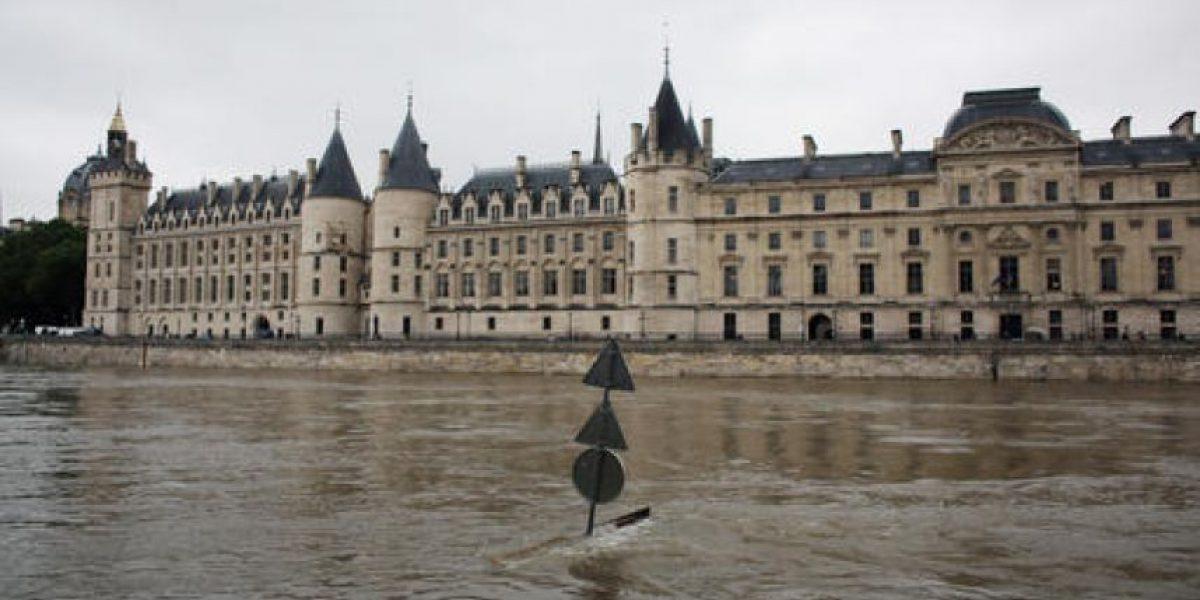 Río Sena provoca cierre de sitios emblemáticos en París