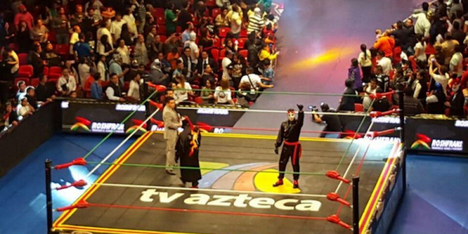 El legendario luchador Octagón hizo la presentación oficial de su hijo en la Arena México Foto:Karina Bobadilla