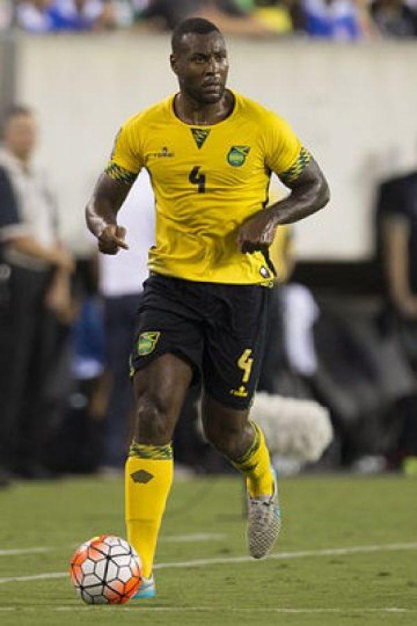 """Con 32 años, es el hombre más destacado en un conjunto de escaso renombre. El defensa del Leicester City ha jugado una temporada fantástica con el equipo revelación de la Premier League y consiguió el título ingles esta temporada. Los legionarios de Inglaterra, donde juegan muchos futbolistas de origen jamaiquino, son en general la columna vertebral de los """"Reggae Boyz"""", cuyo técnico apuesta sobre todo por el colectivo ante la falta de grandes nombres. Foto:DPA"""