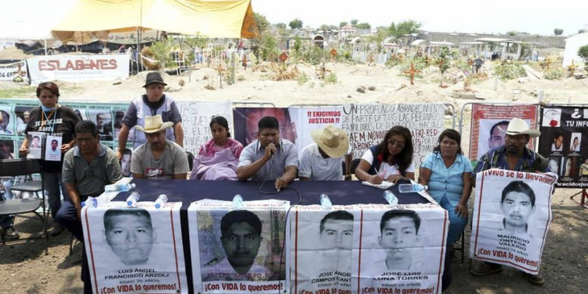 Padres de los 43 de Ayotzinapa visitan fosa de Tetelcingo