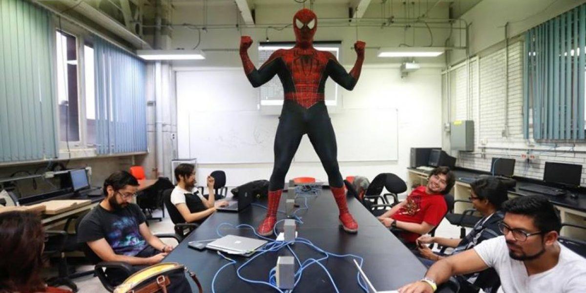 Docente de la UNAM imparte clases vestido de Spider Man