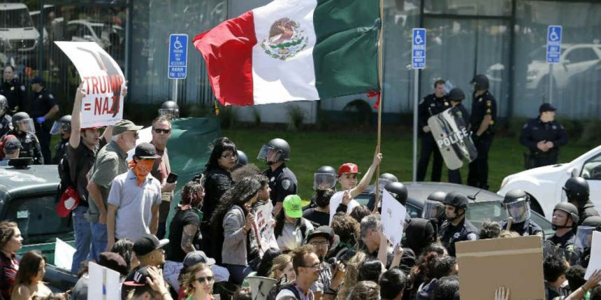 ¿Por qué reluce bandera de México en protestas contra Donald Trump?