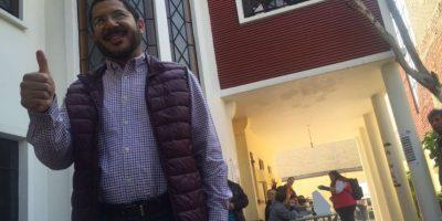 Martí Batres, presidente de Morena en la CDMX, muestra su dedo después de asistir a votar Foto:Especial