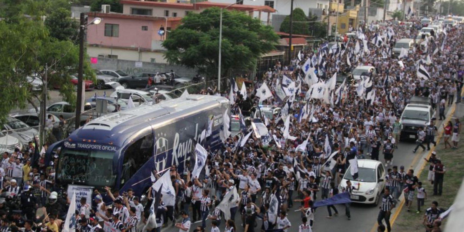 En la final del Clausura 2016, aficionados escoltaron el camión de Rayados hasta el estadio. Foto:Israel Salazar