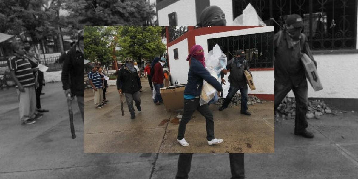 Encapuchados roban urnas en Oaxaca