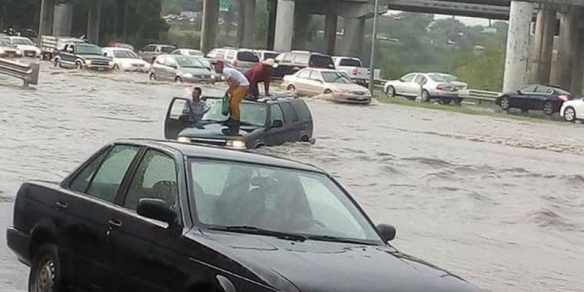 Lluvia deja encharcamientos en Monterrey