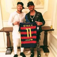 El piloto inglés de Fórmula 1 vivió el partido de Brasil con Neymar y recibió su camiseta de regalo Foto:Twitter Lewis Hamilton