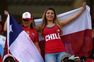 Los hinchas chilenos han adoptado como tradición cantar la última parte del himno a capella, pero esta vez se les coló la canción de Pitbull