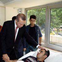 El president Recep Tayyip Erdogan habal con un hombre herido después de la explosión. El ataque dejo 36 heridos. Foto:AP/ Archivo