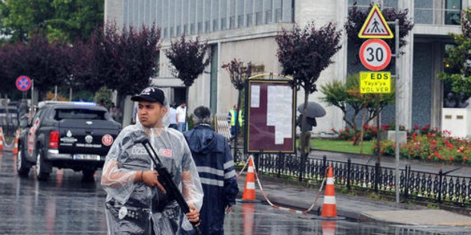 Un oficial de policía en Estambul, momentos después de lo acontecido. Foto:AP/ Archivo