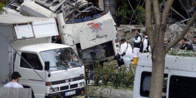 Oficiales turcos analizan la escena del ataque terrorista ocurrido la mañana del martes en Estambul. Foto:AP/ Archivo