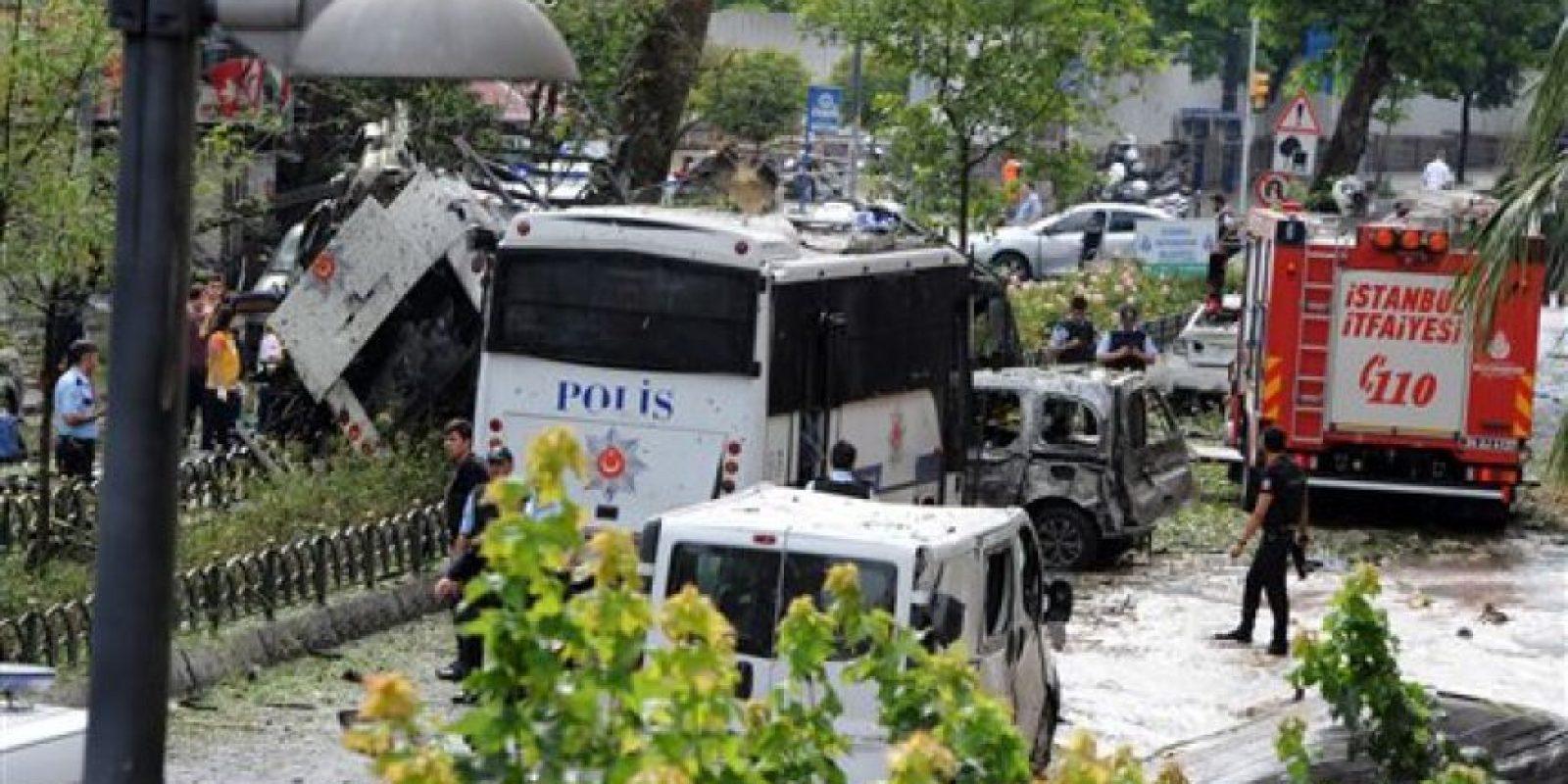 La deflagración fue causada por una bomba colocada en el interior de un auto que se activó al paso del vehículo policial, explicó Sahin, gobernador de Estambul. Foto:AP/ Archivo
