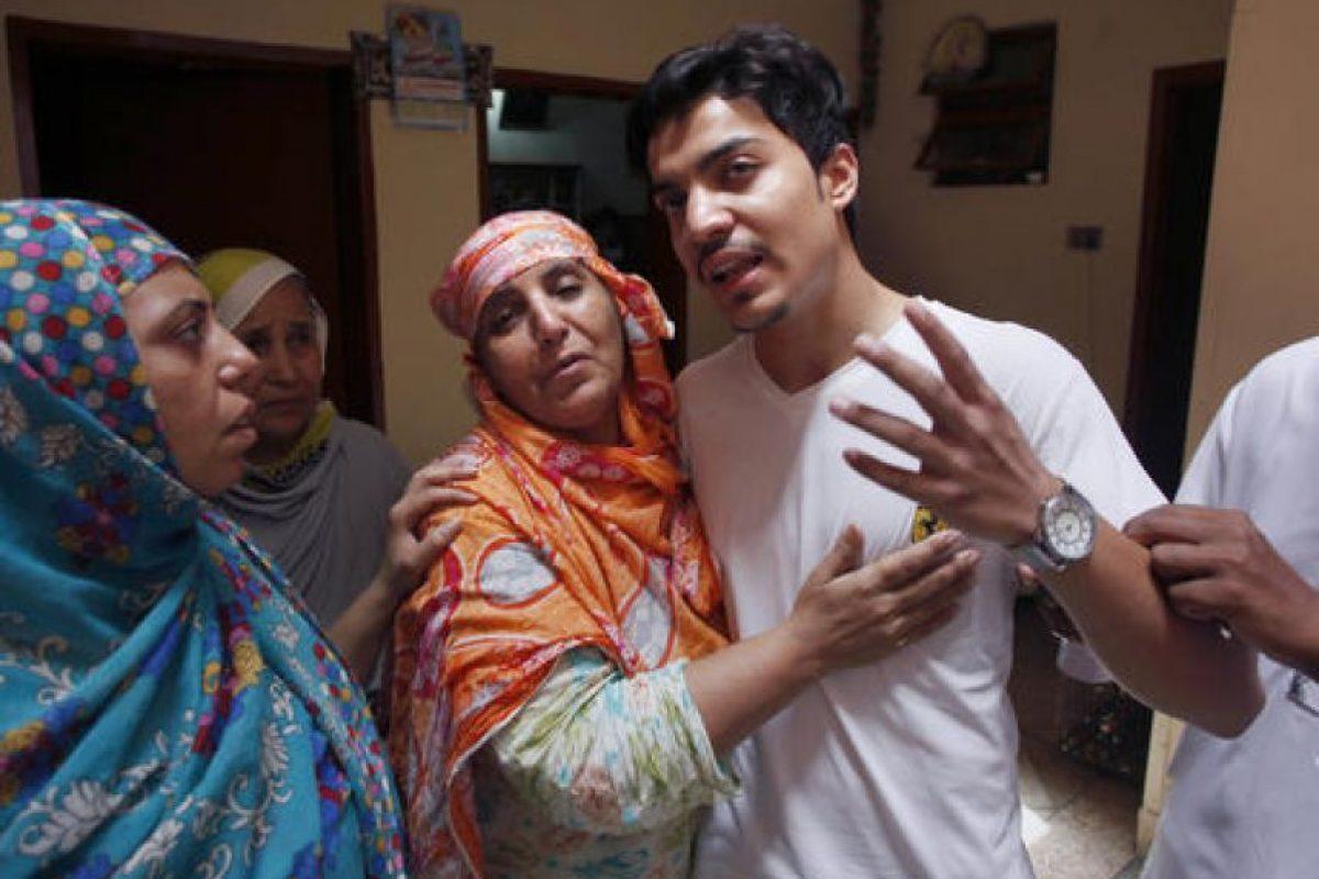 Hassan Khan (esposo de la joven asesinada) al centro, con su familia. Foto:AP/ Archivo