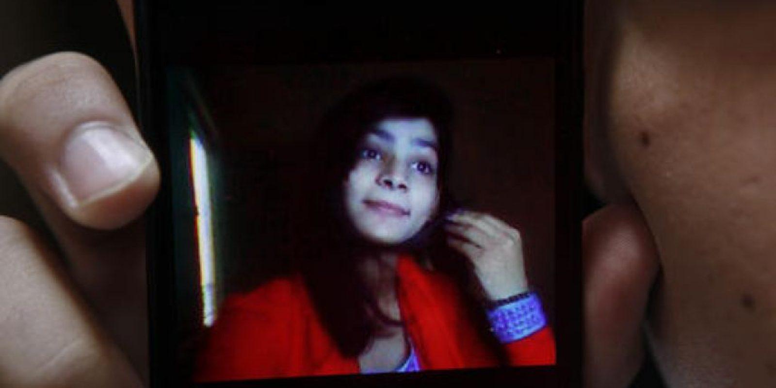 El paquistaní Hassan Khan, muestra en su celular la foto de su esposa Zeenat Rafiq, quien fue quemada viva y asesinada por su madre. Foto:AP/ Archivo