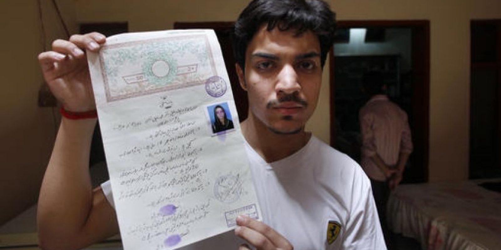 Hassan Khan, muestra el certificado de matrimonio a los medios en su casa en Lahore, Pakistan. Foto:AP/ Archivo
