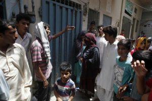 Vecinos reunidos afuera de la casa de Parveen Rafiq, madre de Zeenat. Foto:AP/ Archivo