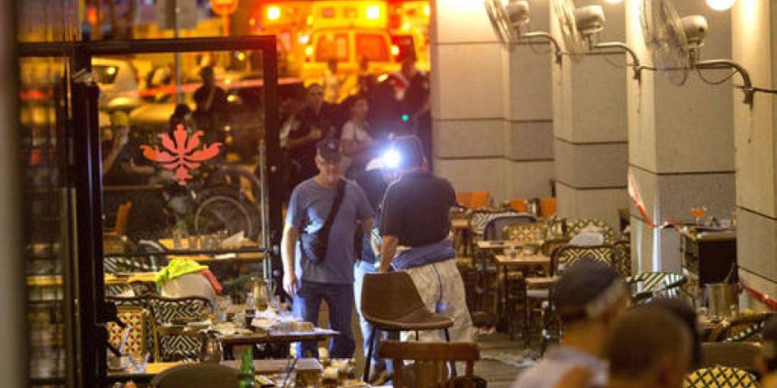 La policía israelí inspecciona la escena del atentado en una cafetería de Tel Aviv, Israel, la noche del 8 de junio de 2016. Foto:AP/ Archivo