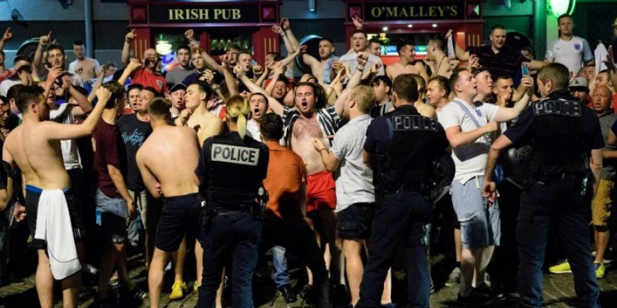 Lo de siempre: Hooligans protagonizan violenta pelea en Francia