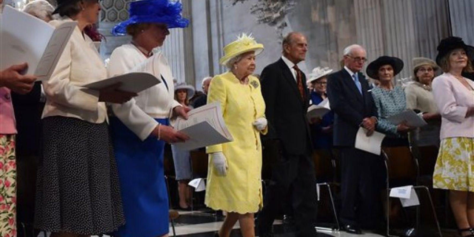 La reina Isabel II y el príncipe Felipe salen de la Catedral de San Pablo tras un servicio realizado para conmemorar los 90 años de la monarca, el viernes 10 de junio del 2016 en Londres Foto:AP/Archivo
