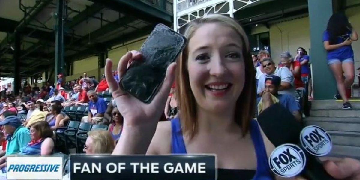 VIDEO: Pelota de béisbol rompe el celular de aficionada en un home run