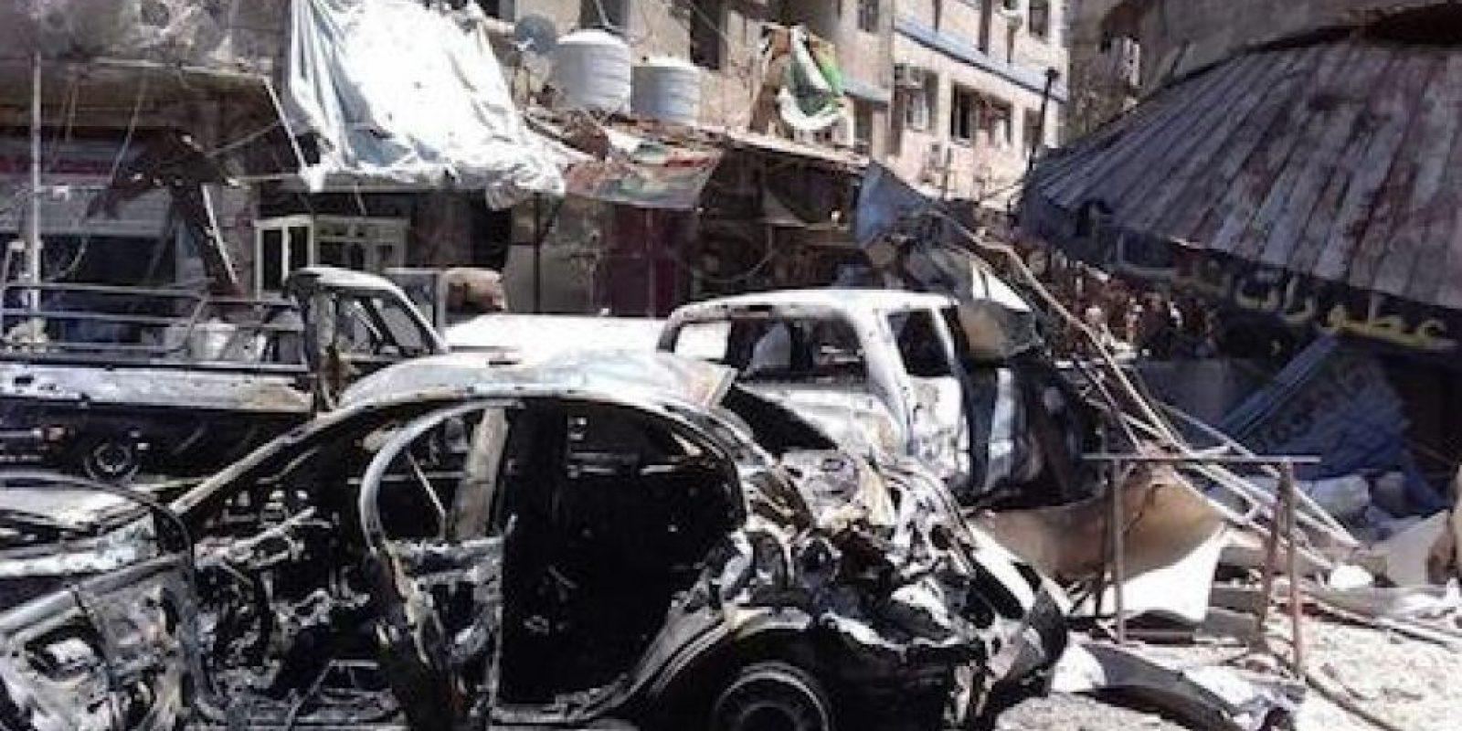 Vehículos y negocios en llamas, edificios derruidos, con balcones, puertas y ventanas arrancados de sus fachadas tras los atentados en Zayeda Zeinab, en las afueras de Damasco. Foto:EFE/ Archivo