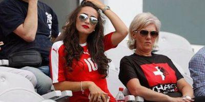 La madre de los hermanos futbolistas utilizó una playera con las mitad de las banderas de Suiza y Albania. Foto:Twitter