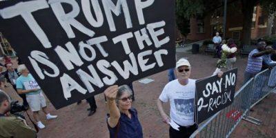 """Manifestantes protestan en contra del aspirante republicano Donald Trump, en Virginia, el viernes 10 de junio de 2016. El letrero en primer plano dice """"Trump no es la respuesta"""" y el otro """"Di no al racismo"""". Foto:AP/ Archivo"""