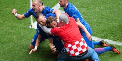 Este aficionado croata abrazó y besó a Modric tras la anotación. Foto:Getty Images