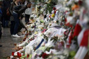 Altar por las víctimas de los ataques en Parías Foto:AP