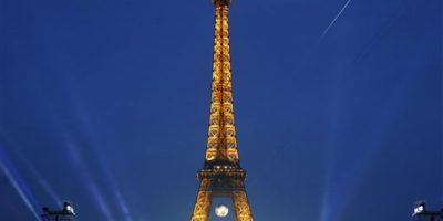 La iluminación especial multicolor comenzará a las 23:30 horas (21:30 GMT), precisaron fuentes de la Sociedad de Explotación de la Torre Eiffel. Foto:AP/ Archivo