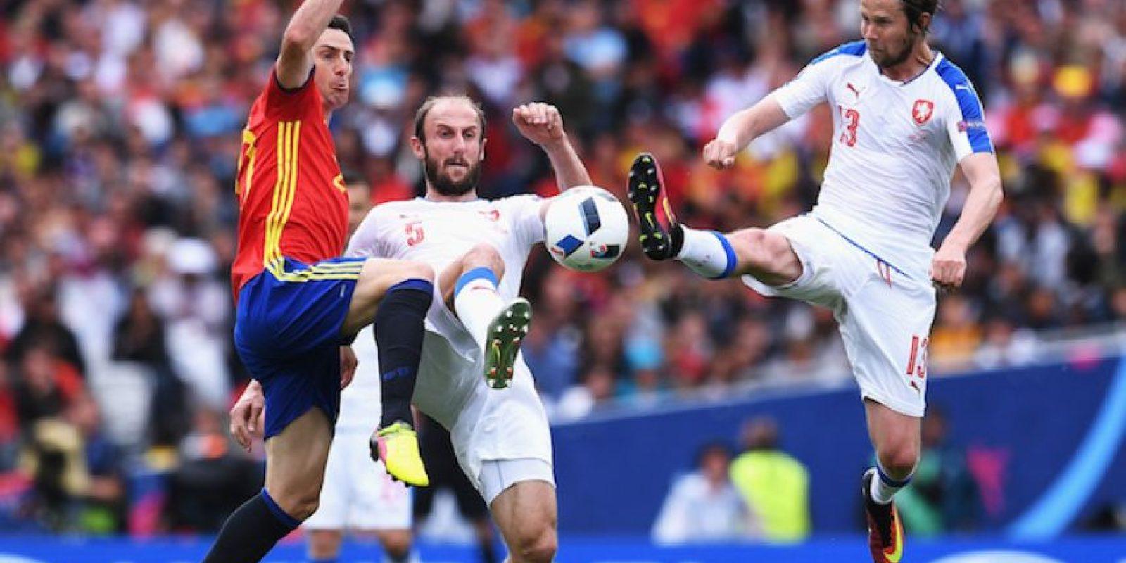 España inicia la defensa de su título con victoria Foto:Getty Images